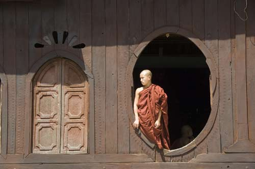 windows monk-asia photo stock
